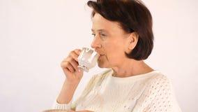 De vrouw drinkt koffie stock footage