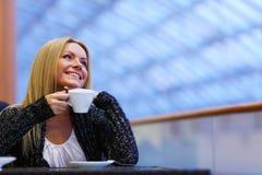 De vrouw drinkt koffie Stock Afbeelding