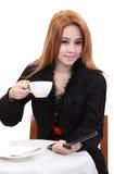 De vrouw drinkt koffie Royalty-vrije Stock Afbeeldingen