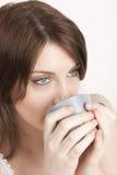 De vrouw drinkt koffie of thee Royalty-vrije Stock Foto