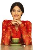 De vrouw drinkt koffie of thee Royalty-vrije Stock Foto's