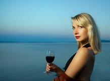 De vrouw drinkt rode wijn Stock Foto
