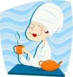 De vrouw drinkt thee Stock Foto's