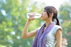 De vrouw drinkt water na sport royalty-vrije stock afbeelding