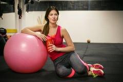 De vrouw drinkt water na training Royalty-vrije Stock Fotografie