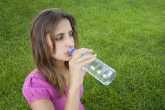 De vrouw drinkt watergras Royalty-vrije Stock Fotografie
