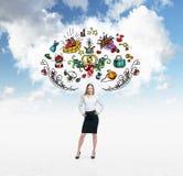 De vrouw droomt over het soppen De kleurrijke het winkelen pictogrammen vliegen in de lucht Bewolkte wolk op achtergrond Stock Fotografie