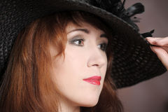 De vrouw in een hoed Stock Afbeeldingen