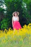 De vrouw in een hoed en een kleding heeft in openlucht een rust Royalty-vrije Stock Foto