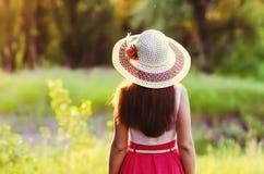 De vrouw in een hoed kijkt verafgelegen Royalty-vrije Stock Foto's