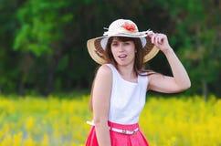 De vrouw in een hoed lacht Royalty-vrije Stock Foto