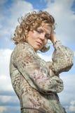 De vrouw in een kleding in openlucht Stock Afbeeldingen