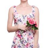 De vrouw in een kledings bloemendruk in de handen bloeit de de lentezomer royalty-vrije stock afbeeldingen
