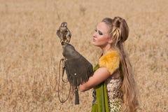 De vrouw in een mooie kleding Stock Foto