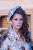 De vrouw in een mooie oude stijlkleding portrate Stock Foto