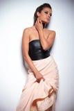 De vrouw in een mooie toga kijkt aan haar kant royalty-vrije stock afbeelding