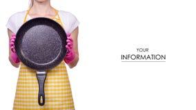 De vrouw in een schort in de handen van het schoonmaken gloves een panpatroon royalty-vrije stock foto's