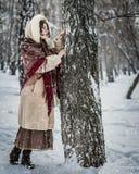 De vrouw in een sjaal in de winter het spelen huid - en - zoekt stock afbeelding