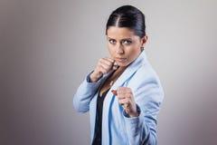 De vrouw in een strijd stelt Stock Foto's