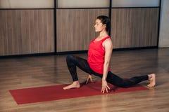 De vrouw in een traditionele yoga stelt Stock Foto's