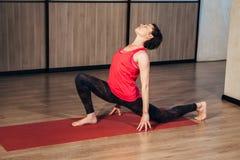 De vrouw in een traditionele yoga stelt Stock Afbeelding