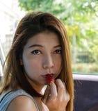 De vrouw eet aardbei. Royalty-vrije Stock Foto's