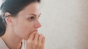 De vrouw eet een plak van een gekookte worst Het gezicht van de close-up stock video