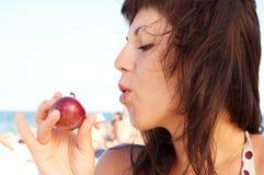 De vrouw eet fruit Stock Afbeeldingen