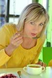 De vrouw eet in koffie Stock Fotografie