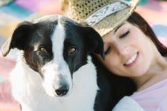 De vrouw en de hond ontspannen en vrije tijd Stock Afbeeldingen