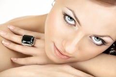 De vrouw en de juwelen Stock Foto's