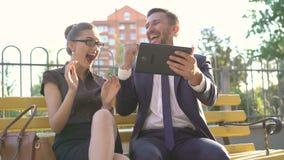 De vrouw en de man betreden water zonder uw voeten op de bank te krijgen openlucht 4K stock footage