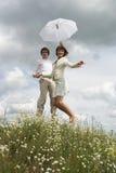 De vrouw en de man met paraplu Stock Foto's