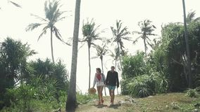 De vrouw en de man van het Hipster jong meisje toeristenpaar Volg schot Mening van een achtertoeristenreiziger planningsroute  stock video