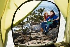 De vrouw en de man van paartoeristen zitting bij het kamp in het bos Royalty-vrije Stock Foto