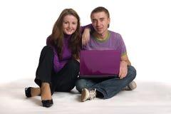 De vrouw en de man zitten met notitieboekje. stock fotografie