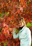 De vrouw en een de herfstboom Stock Foto's