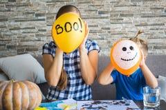 De vrouw en haar zoon verbergen achter de ballen Royalty-vrije Stock Afbeelding