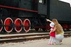 De vrouw en het kind bekijken locomotief royalty-vrije stock foto's