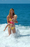 De vrouw en het kind hebben pret in overzees Royalty-vrije Stock Fotografie