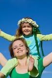 De vrouw en het meisje genieten van de de lentezon Royalty-vrije Stock Afbeeldingen
