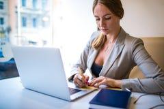 De vrouw ervaren schrijver die van het businessplan aan vergadering met partner voorbereidingen treffen stock foto