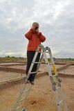 De vrouw fotografeert archeologische uitgravingen, die zich op een ladder bevinden royalty-vrije stock foto