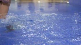De vrouw gaat in het zwembad stock videobeelden