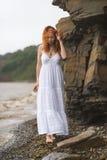 De vrouw gaat langs de kust Royalty-vrije Stock Foto's