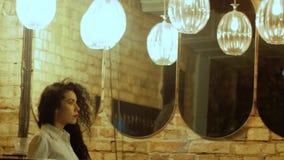De vrouw gaat langs spiegels stock footage
