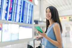 De vrouw gaat reis in luchthaven stock afbeelding