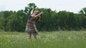 De vrouw in gebieden dansende pan, brunette in eenvoudige kleding maakt tot bewegingen langzame motie stock video