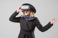 De vrouw gebruikt een virtuele werkelijkheidsglazen VR 360 Virtueel spel royalty-vrije stock afbeeldingen