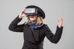 De vrouw gebruikt een virtuele werkelijkheidsglazen VR 360 Virtueel spel royalty-vrije stock afbeelding